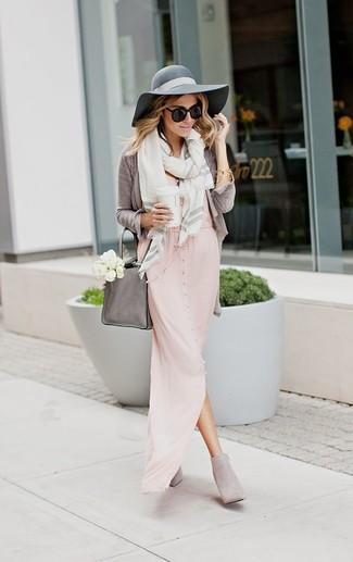 Cómo combinar: cárdigan gris, vestido largo rosado, botines de ante grises, bolsa tote de cuero gris