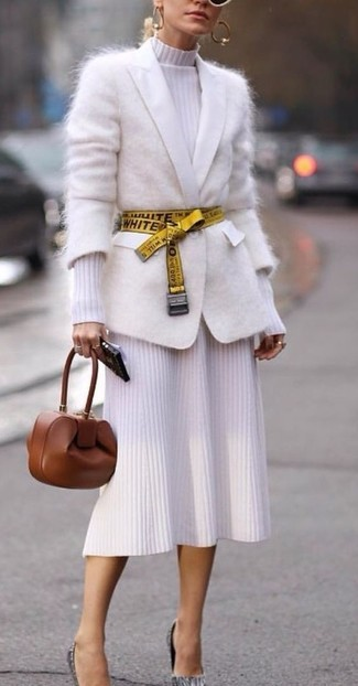Cómo combinar: cárdigan de mohair blanco, vestido midi de punto blanco, zapatos de tacón de cuero grises, cartera sobre de cuero marrón