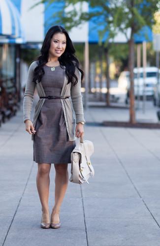 Look de moda: Cárdigan gris, Vestido tubo gris, Zapatos de tacón de cuero grises, Bolso de hombre de cuero en beige