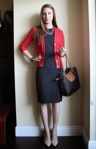 Cómo combinar una bolsa tote de lona negra: Para un atuendo tan cómodo como tu sillón elige un cárdigan rojo y una bolsa tote de lona negra. Zapatos de tacón de cuero en beige son una opción atractiva para complementar tu atuendo.