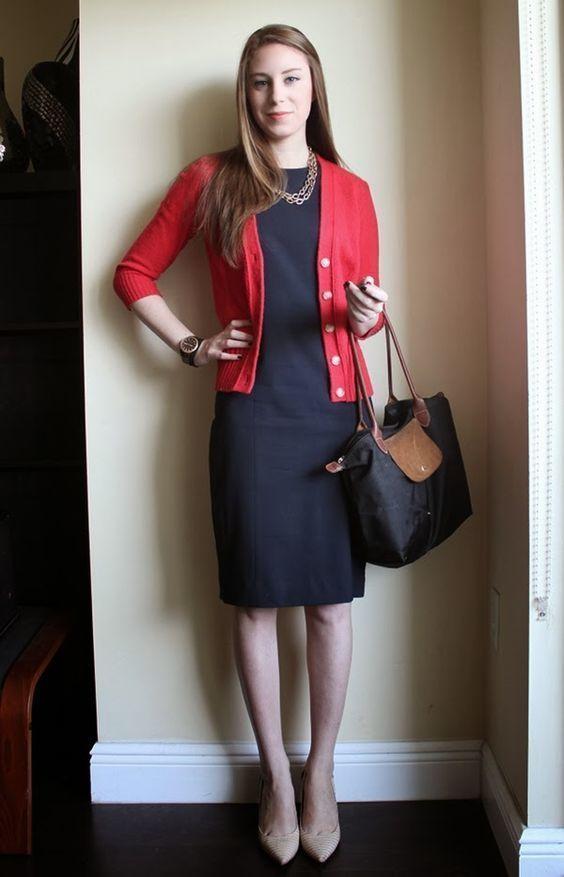 Combina vestido negro con zapatos beige