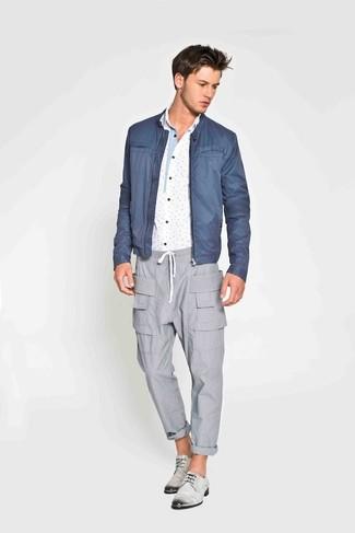 Cómo combinar unos zapatos derby de cuero grises: Ponte una cazadora de aviador azul y un pantalón cargo gris para lidiar sin esfuerzo con lo que sea que te traiga el día. ¿Te sientes valiente? Elige un par de zapatos derby de cuero grises.