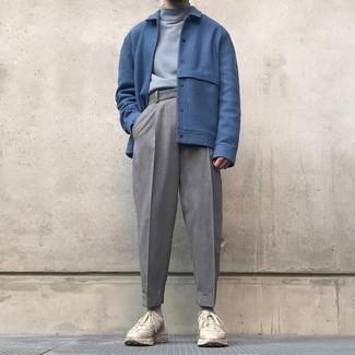 Cómo combinar: cazadora de aviador de lana azul, jersey de cuello alto gris, pantalón de vestir de lana gris, deportivas en beige