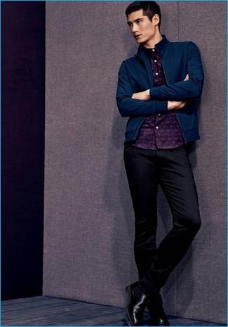 Cómo combinar: cazadora de aviador azul marino, camisa de manga larga estampada azul marino, pantalón chino negro, botines chelsea de cuero negros
