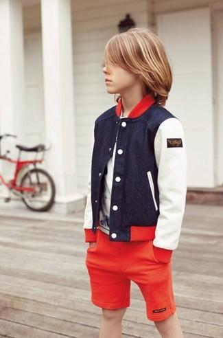 Cómo combinar: cazadora de aviador azul marino, camiseta blanca, pantalones cortos rojos