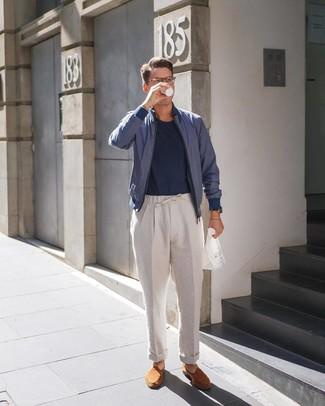 Cómo combinar: cazadora de aviador azul marino, camiseta con cuello circular azul marino, pantalón chino de lino en beige, mocasín de ante en tabaco