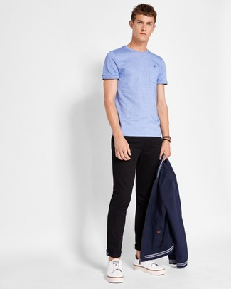 Cómo combinar: cazadora de aviador azul marino, camiseta con cuello circular celeste, pantalón chino negro, tenis de cuero blancos