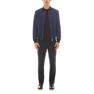 Cómo combinar: cazadora de aviador azul marino, jersey con cuello circular burdeos, pantalón de vestir negro, botines chelsea de cuero burdeos