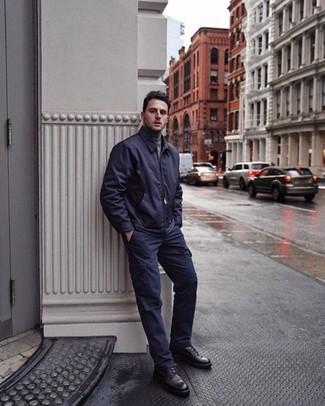 Cómo combinar: cazadora de aviador azul marino, jersey de cuello alto gris, pantalón cargo azul marino, botas casual de cuero negras