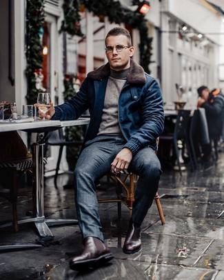 Cómo combinar: cazadora de aviador de lana azul marino, jersey de cuello alto gris, pantalón de vestir de tartán azul marino, botines chelsea de cuero burdeos
