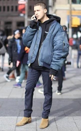 Cómo combinar una sudadera con capucha negra: Emparejar una sudadera con capucha negra y un pantalón chino de rayas verticales azul marino es una opción cómoda para hacer diligencias en la ciudad. Complementa tu atuendo con botines chelsea de ante marrón claro para mostrar tu inteligencia sartorial.
