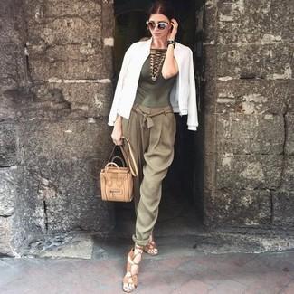 Cómo combinar: cazadora de aviador blanca, blusa sin mangas de crochet verde oliva, pantalón de pinzas verde oliva, sandalias romanas de cuero marrón claro