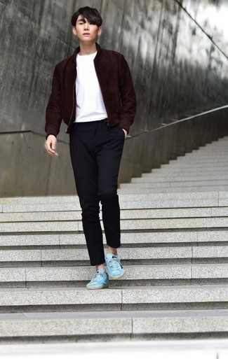 Cómo combinar una chaqueta: Para crear una apariencia para un almuerzo con amigos en el fin de semana ponte una chaqueta y un pantalón chino azul marino. Tenis de lona en turquesa añadirán interés a un estilo clásico.