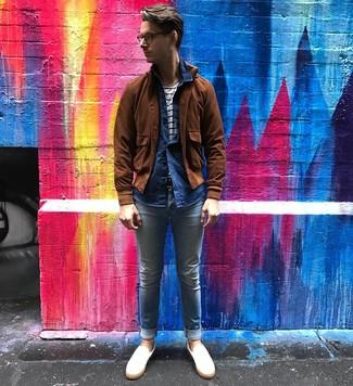 Cómo combinar: cazadora de aviador de ante marrón, camisa de manga larga de cambray azul marino, camiseta con cuello circular de rayas horizontales en blanco y azul marino, vaqueros pitillo celestes