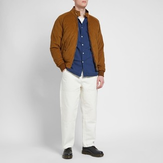 Cómo combinar: cazadora de aviador de ante en tabaco, camisa de manga larga azul marino, camiseta con cuello circular blanca, pantalón chino blanco