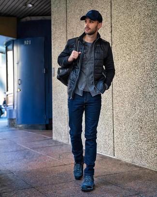 Cómo combinar: cazadora de aviador acolchada negra, camisa de manga larga de franela gris, camiseta de manga larga de rayas horizontales en negro y blanco, vaqueros azul marino