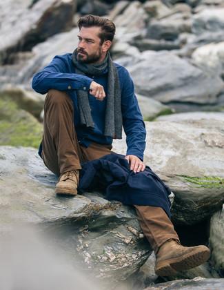 Cómo combinar: cazadora de aviador azul marino, camisa de manga larga de franela azul, pantalón chino en tabaco, botas casual de ante marrón claro