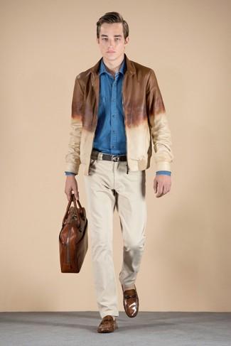 Usa una camisa de manga larga de cambray azul de Loro Piana y un pantalón chino beige para cualquier sorpresa que haya en el día. ¿Te sientes valiente? Opta por un par de mocasín de cuero marrón.