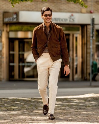 Cómo combinar: cazadora de aviador de ante marrón, camisa de manga larga de lino marrón, pantalón chino blanco, mocasín de cuero en marrón oscuro