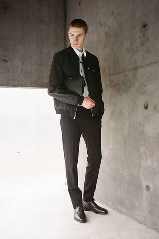 Cómo combinar una camisa de manga larga blanca: Empareja una camisa de manga larga blanca junto a un pantalón de vestir negro para rebosar clase y sofisticación. Zapatos derby de cuero negros son una opción muy buena para complementar tu atuendo.