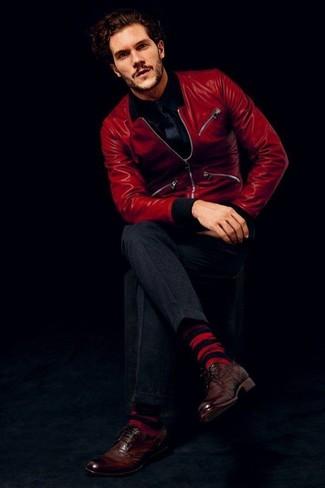 Cómo combinar: cazadora de aviador de cuero roja, camisa de manga larga negra, pantalón de vestir en gris oscuro, zapatos brogue de cuero en marrón oscuro