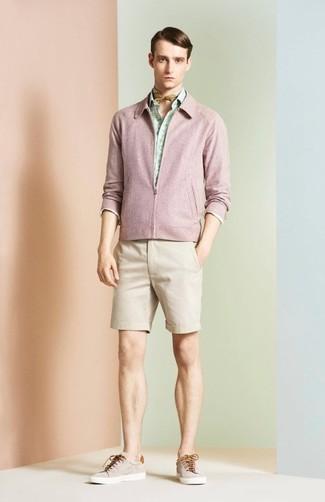 Cómo combinar: cazadora de aviador rosada, camisa de manga larga estampada en verde menta, pantalones cortos en beige, tenis en beige