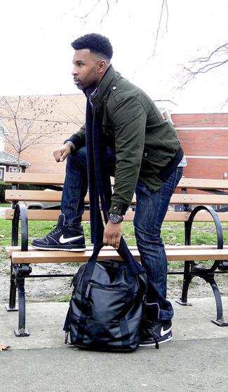 Cómo combinar una cazadora de aviador verde oscuro para hombres de 30 años: Casa una cazadora de aviador verde oscuro junto a unos vaqueros azul marino para un look diario sin parecer demasiado arreglada. Zapatillas altas negras añadirán interés a un estilo clásico.