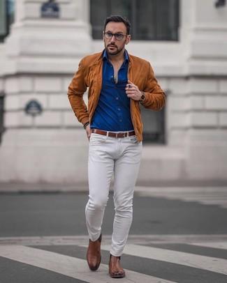 Cómo combinar: cazadora de aviador de ante en tabaco, camisa de manga larga azul, vaqueros blancos, botines chelsea de cuero marrónes