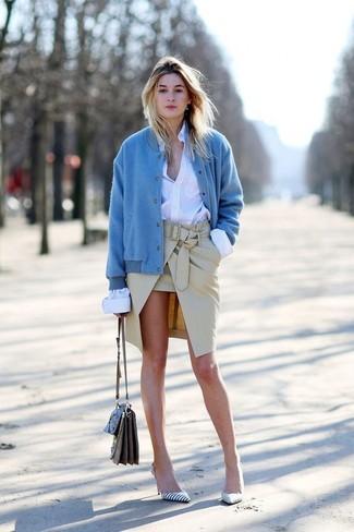 Cómo combinar: cazadora de aviador azul, camisa de vestir blanca, falda lápiz en beige, zapatos de tacón de cuero de rayas horizontales en blanco y negro