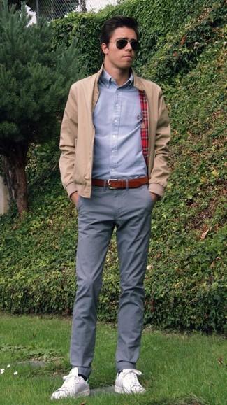 La versatilidad de una cazadora de aviador beige de hombres de MYSHOESTORE y un pantalón chino gris los hace prendas en las que vale la pena invertir. Para darle un toque relax a tu outfit utiliza tenis de cuero blancos.