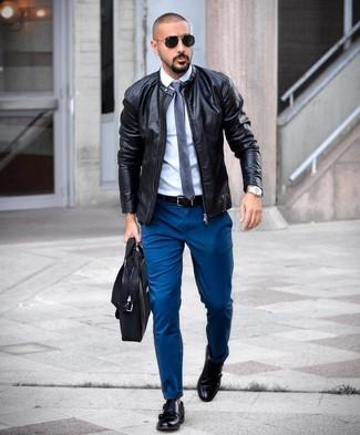 Cómo combinar una corbata de seda azul marino: Casa una cazadora de aviador de cuero negra con una corbata de seda azul marino para rebosar clase y sofisticación. Zapatos con doble hebilla de cuero negros son una opción inmejorable para completar este atuendo.