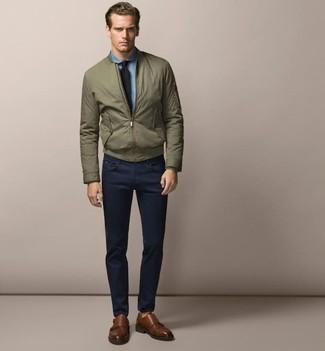 Outfits hombres: Ponte una cazadora de aviador verde oliva y un pantalón chino azul marino para una vestimenta cómoda que queda muy bien junta. Opta por un par de zapatos con doble hebilla de cuero marrónes para mostrar tu inteligencia sartorial.