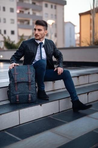 Cómo combinar una mochila de lona azul marino: Para un atuendo tan cómodo como tu sillón casa una cazadora de aviador de cuero negra con una mochila de lona azul marino. Luce este conjunto con botines chelsea de ante negros.