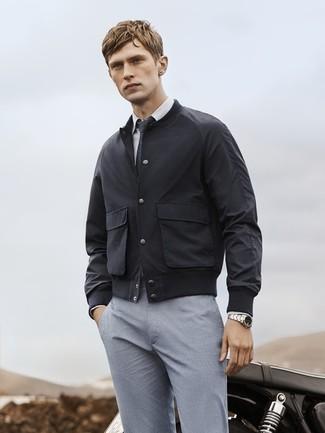Cómo combinar una cazadora de aviador negra estilo elegante: Casa una cazadora de aviador negra junto a un pantalón de vestir gris para rebosar clase y sofisticación.