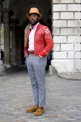 Cómo combinar: cazadora de aviador de cuero roja, camisa de vestir rosada, pantalón de vestir de tartán celeste, mocasín de ante mostaza