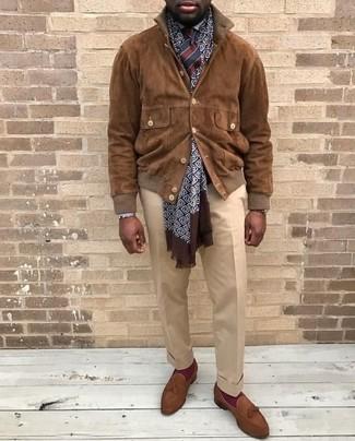 Elige una cazadora de aviador de ante marrón y un pantalón de vestir beige para una apariencia clásica y elegante. Mocasín con borlas de ante marrón son una opción práctica para complementar tu atuendo.