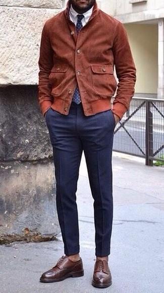 Cómo combinar: cazadora de aviador de ante en tabaco, camisa de vestir blanca, pantalón de vestir azul marino, zapatos derby de cuero en marrón oscuro