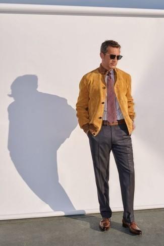 Outfits hombres estilo elegante: Empareja una cazadora de aviador de ante marrón claro con un pantalón de vestir en gris oscuro para rebosar clase y sofisticación. Mocasín de cuero marrón son una opción atractiva para completar este atuendo.