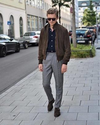 Cómo combinar un pantalón de vestir a cuadros: Emparejar una cazadora de aviador de ante en marrón oscuro con un pantalón de vestir a cuadros es una opción estupenda para un día en la oficina. Opta por un par de zapatos con hebilla de ante en marrón oscuro para mostrar tu inteligencia sartorial.