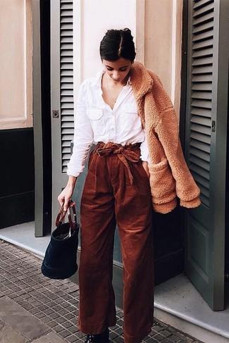 Cómo combinar: cazadora de aviador de forro polar marrón claro, camisa de vestir blanca, pantalones anchos de pana en tabaco, botines de cuero negros