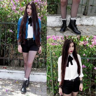 Cómo combinar un corbatín: Equípate una cazadora de aviador de cuero azul junto a un corbatín para un look agradable de fin de semana. Elige un par de botas planas con cordones de cuero negras para mostrar tu lado fashionista.