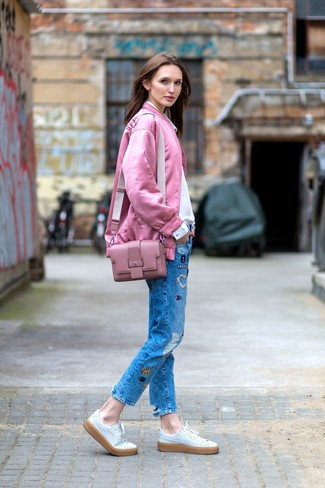 Cómo combinar: cazadora de aviador rosada, camisa de vestir blanca, vaqueros de patchwork azules, tenis de cuero blancos