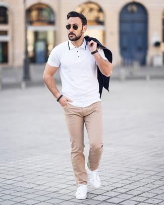 Cómo combinar: cazadora de aviador negra, camisa polo blanca, pantalón chino a lunares en beige, tenis de cuero blancos
