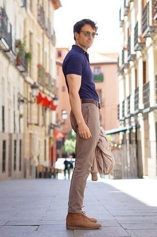 Cómo combinar unas botas casual de ante marrón claro: Para crear una apariencia para un almuerzo con amigos en el fin de semana considera emparejar una cazadora de aviador en beige junto a un pantalón chino marrón claro. Con el calzado, sé más clásico y completa tu atuendo con botas casual de ante marrón claro.