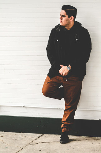 Cómo combinar: cazadora de aviador de lana negra, camisa polo negra, pantalón de chándal marrón, tenis de ante negros
