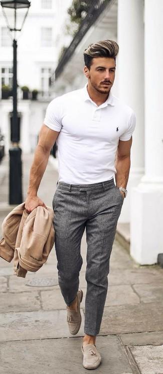 Emparejar una cazadora de aviador beige de hombres de MYSHOESTORE junto a un pantalón de vestir gris oscuro es una opción estupenda para una apariencia clásica y refinada. Mocasín con borlas de ante beige son una sencilla forma de complementar tu atuendo.