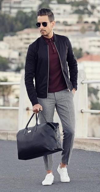 Luce lo mejor que puedas en una cazadora de aviador negra y un pantalón de vestir de lana gris. Tenis blancos añaden un toque de personalidad al look.