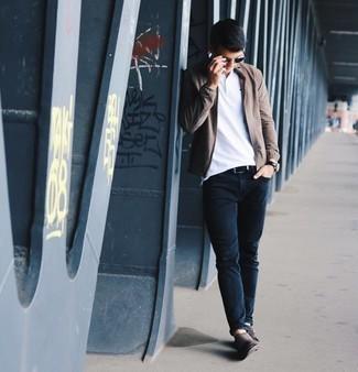Cómo combinar unos zapatos con doble hebilla de ante en marrón oscuro: Empareja una cazadora de aviador marrón junto a unos vaqueros azul marino para una vestimenta cómoda que queda muy bien junta. ¿Te sientes valiente? Elige un par de zapatos con doble hebilla de ante en marrón oscuro.