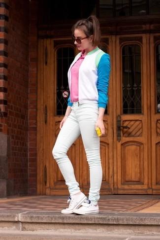 Cómo combinar: cazadora de aviador en blanco y azul, camisa polo rosada, vaqueros pitillo en verde menta, tenis blancos