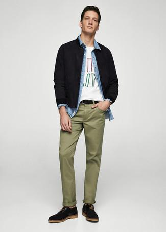Cómo combinar unos zapatos oxford de ante negros: Elige una cazadora de aviador de ante negra y un pantalón chino verde oliva para una vestimenta cómoda que queda muy bien junta. ¿Te sientes valiente? Haz zapatos oxford de ante negros tu calzado.